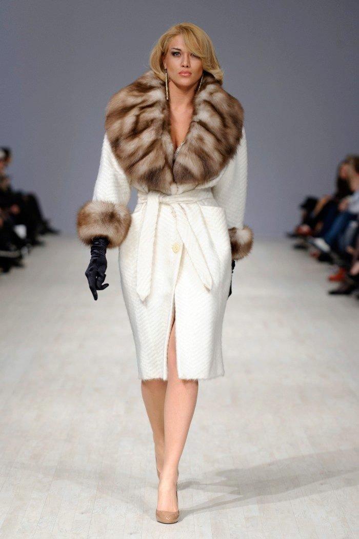 зимнее женское пальто с меховым воротником