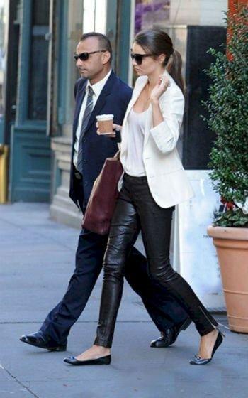 Кожаные штаны: С чем носить стильные женские кожаные брюки